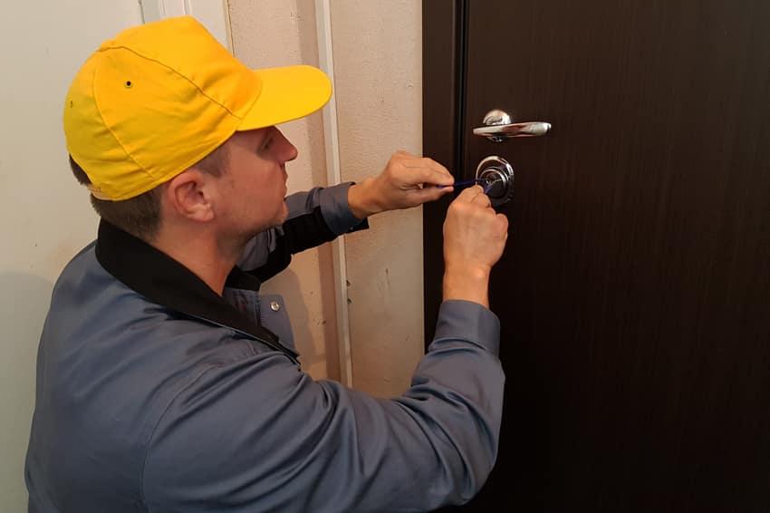 Мастер вскрывает дверь в Видном