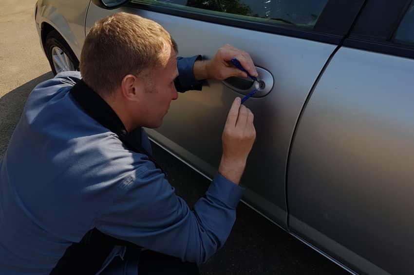 Мастер вскрывает автомобильный замок в Видном
