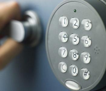 Открытие сейфа подбором пароля