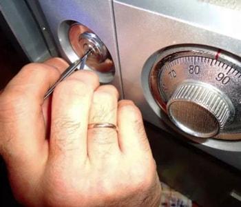 Вскрытие сейфа специальным инструментом
