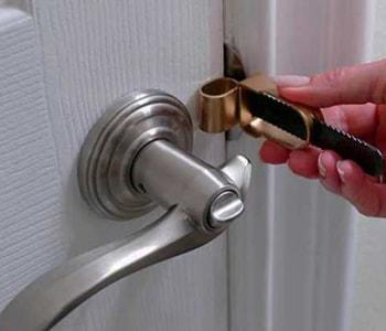 Вскрытие замка межкомнатной двери ножом