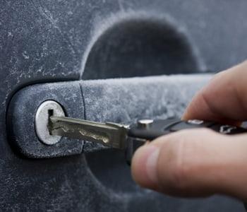 Наледь на замке автомобиля, невозможность открытия ключом