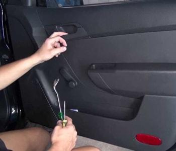 Демонтаж дверной карты в авто