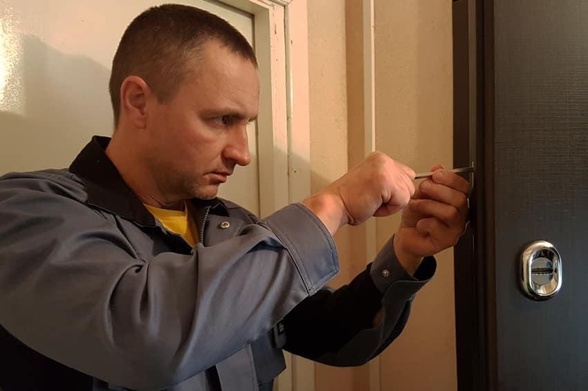 Мастер меняет кодировку замка входной двери